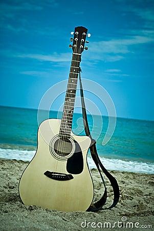 Gitaar op het strand