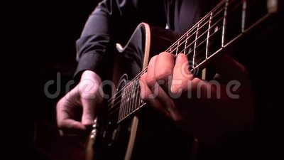 Gitarist Playing Acoustic Guitar op Stadium - sluit omhoog het Tokkelen, Live Music stock footage