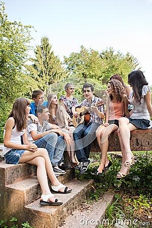Gitarre spielende und singende jugendliche lizenzfreies stockbild