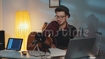 Gitarzysta jest niezadowolony, że jego przyjaciel gra na instrumencie i pokazuje swój błąd w nutach muzycznych zbiory