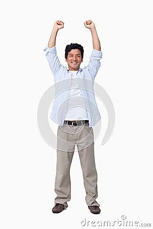 Glädjande manlig med armar upp