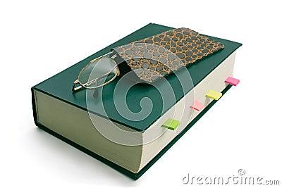 Gläser auf Buch