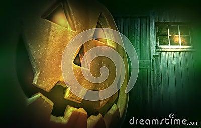 Glödande pumpa på natten