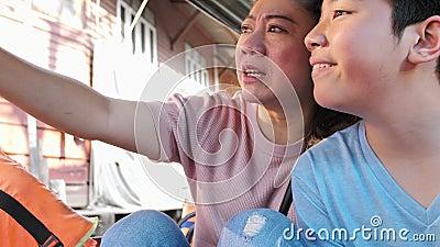 Gl?ckliche asiatische Mutter und Sohn in sich hin- und herbewegendem Markt ist in Thailand ber?hmt, stock video