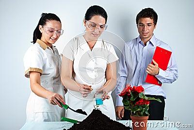 Glückliche Biologenleute im Labor