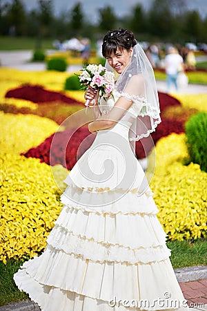 Glückliche Braut mit weißem Hochzeitsblumenstrauß