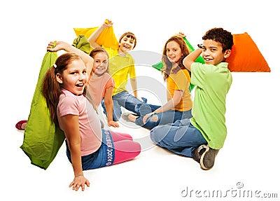 f nf kinder in der kissenschlacht lizenzfreie. Black Bedroom Furniture Sets. Home Design Ideas