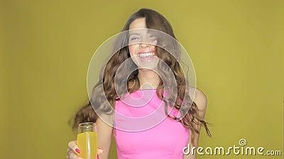 Glückliche Frau, die mit einem Getränk in ihrer Hand partying ist stock footage