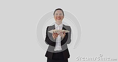 Glückliche Geschäftsfrau, die ein Bündel von US-Dollar hält stock footage