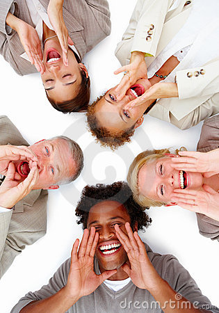 Glückliche Geschäftsleute, die auf weißem und schreiendem liegen