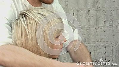 Glückliche junge Frau mit Friseurvollendenfrisur am Salon stock footage