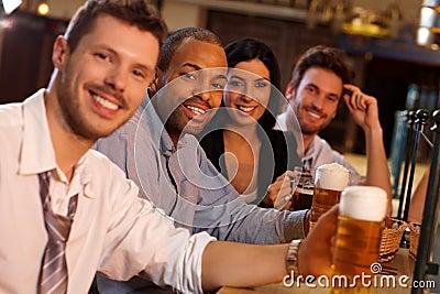 gl ckliche junge leute die in der kneipe trinkendes bier sitzen stockfoto bild 40069563