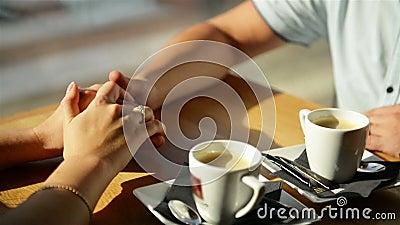 Glückliche junge Paar-Holding-Hände Sie genießen, Zeit zusammen zu verbringen stock video