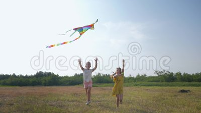 Glückliche Kinder, fröhliche kleine Mädchen laufen aktiv Waldverglasung spielen mit Drachen am sonnigen Wochenende während der En stock footage