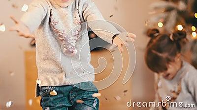 Glückliche Kinder haben Spaß mit Confetti-Weihnachtsfeier stock footage