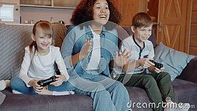Er Spielt Mit Zwei Jungen Girls