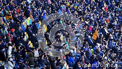 Glückliche Menschen, die Fußballspiel am großen Stadion, Sportereignis, Wochenende aufpassen stock footage