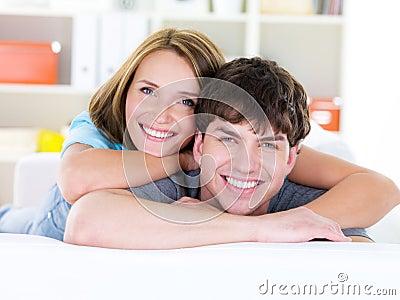 Glückliche Paare mit toothy Lächeln