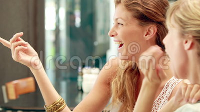 Glückliche recht blonde Freunde, die in der Cafeteria sich besprechen stock video footage