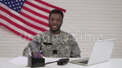 Glücklicher afroer-amerikanisch Offizier während des Arbeitsprozesses im Büro stock footage