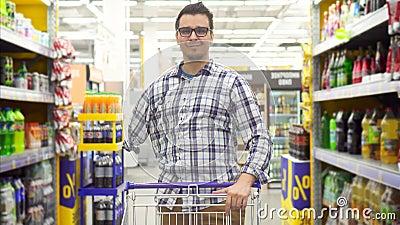 Glücklicher behinderter Mann im karierten Hemd mit dem amputierten Arm im Geschäftslächeln und -blicken auf Kamera stock video