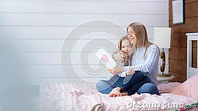 Glücklicher Glückwunsch des kleinen Mädchens des vollen Schusses ihre junge Mutter zur Muttertaggeschenkurlaubspostkarte stock video footage
