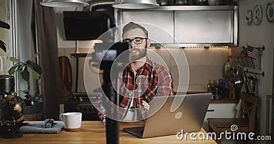 Glücklicher junger erfolgreicher kaukasischer Blogger lächelt Video für Vlog mit Kamera zu Hause Zeitlupe stock video footage