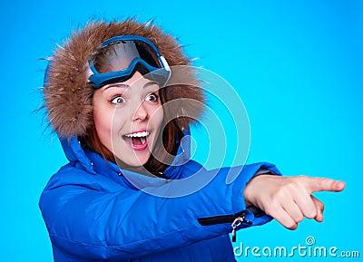 Glücklicher und überraschter Skifahrer