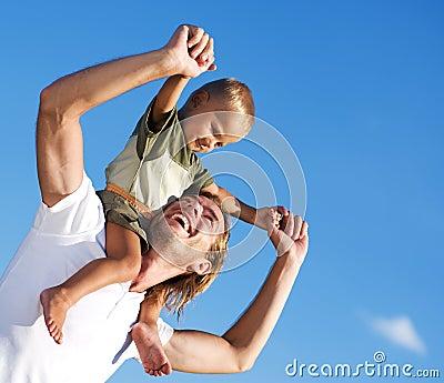 Glücklicher Vater und Sohn im Freien