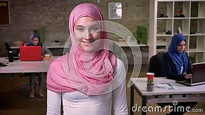 Glückliches Lächeln der arabischen Frau ruhig stehend nahe anderen moslemischen Mädchen, hijab, das, bunte Verschiedenartigkeit i stock footage