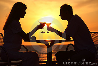 Glaces de taule de couples sur le coucher du soleil à l extérieur