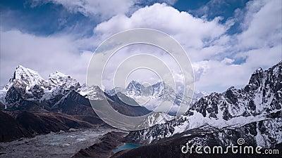 Glaciar en montañas Himalayan - visión desde el pico de Gokyo Ri, los 5483m almacen de video