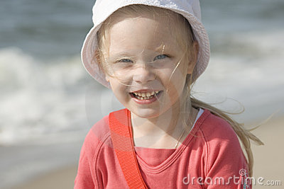 Gladlynt flicka för strand ii som ler