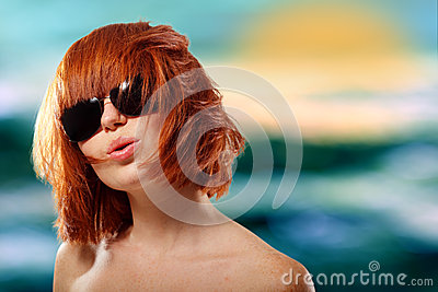 Gladlynt för teen flicka för sommar redhaired i solglasögon