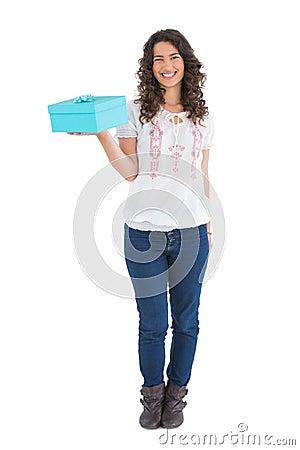 Gladlynt tillfällig brunett som rymmer en gåva