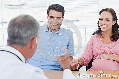 Gladlynta par som förväntar, behandla som ett barn att lyssna till doktorn