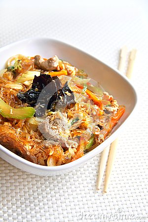 Glass noodles with beef, vegetables and eggs