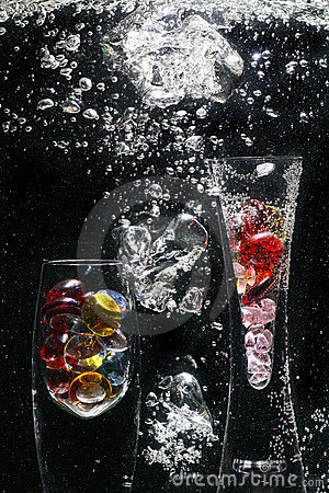 Free Glass Vases & Pebbles In Water Royalty Free Stock Images - 5351739