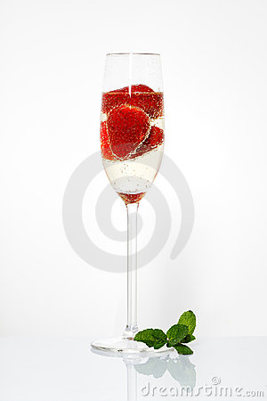Free Glasses Of Sparkling Wine And Strawberry Royalty Free Stock Photo - 23092595