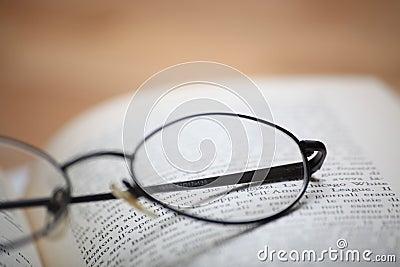 Glazen op het boek