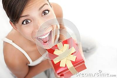 Glückliche Geschenkfrau