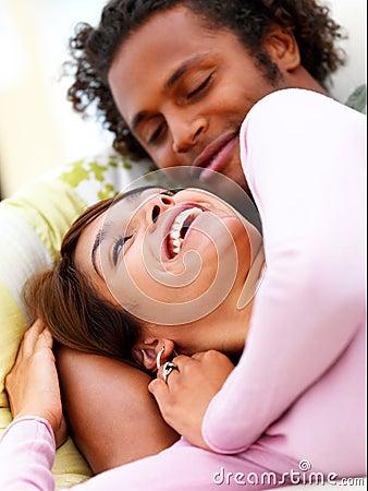 Glückliche junge Paare, die Spaß zu Hause haben