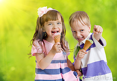 Glückliche Kinder mit Eiscremekegel am Sommertag