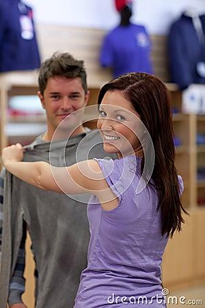 Glückliche Paare, die nach einem Sweatshirt suchen