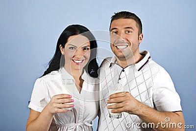 Glückliche Paare gesund mit Milchgläsern