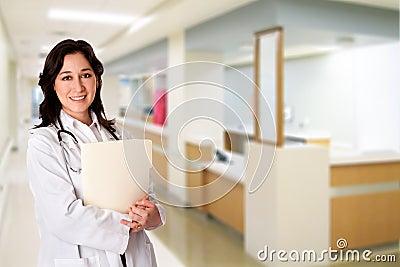 Glücklicher Doktor mit Datei des geduldigen Diagramms im Krankenhaus