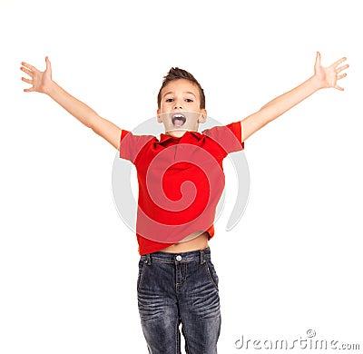 Glücklicher Junge, der mit den angehobenen Händen oben springt