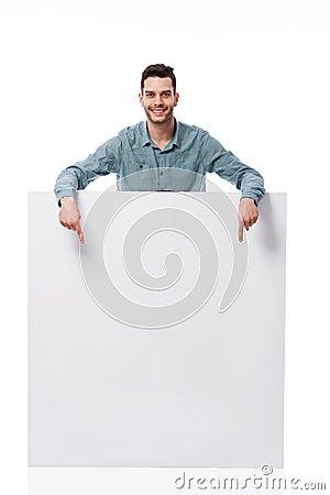 Glücklicher Mann mit weißem Brett