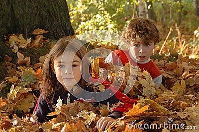 Glückliches junges Mädchen und Junge