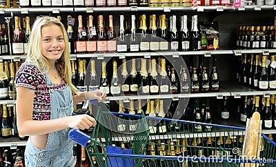 Glückliches Mädchen mit Einkaufslaufkatze